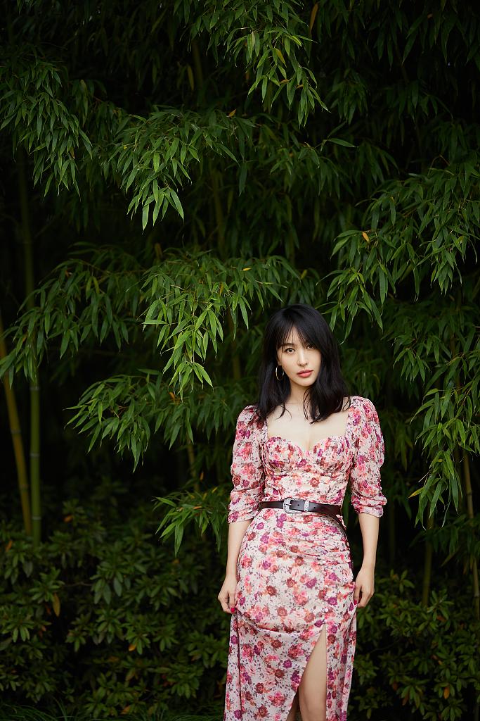 李菲儿早春写真又美又仙灵艳动人 穿碎花长裙浪漫清新