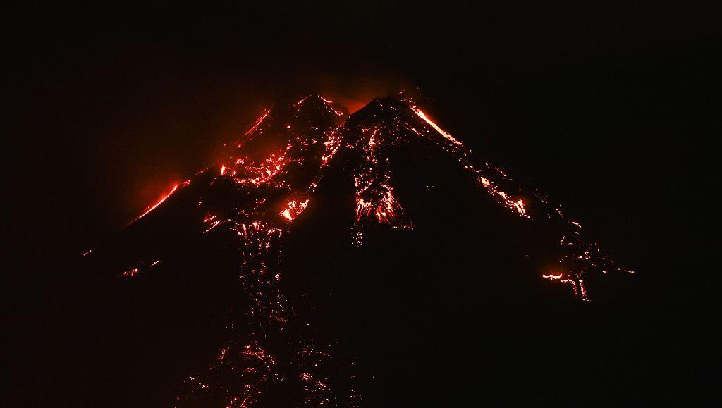意大利埃特纳火山持续喷发 火光在市内清晰可见