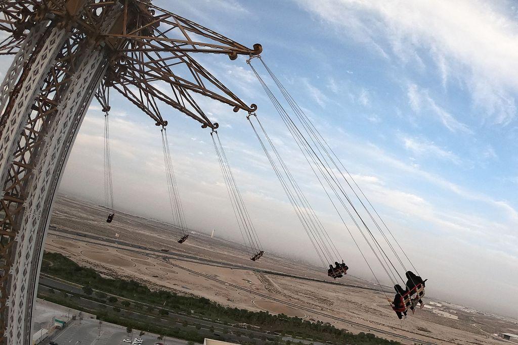 民众在迪拜游乐场玩高空秋千 140米高风景独好