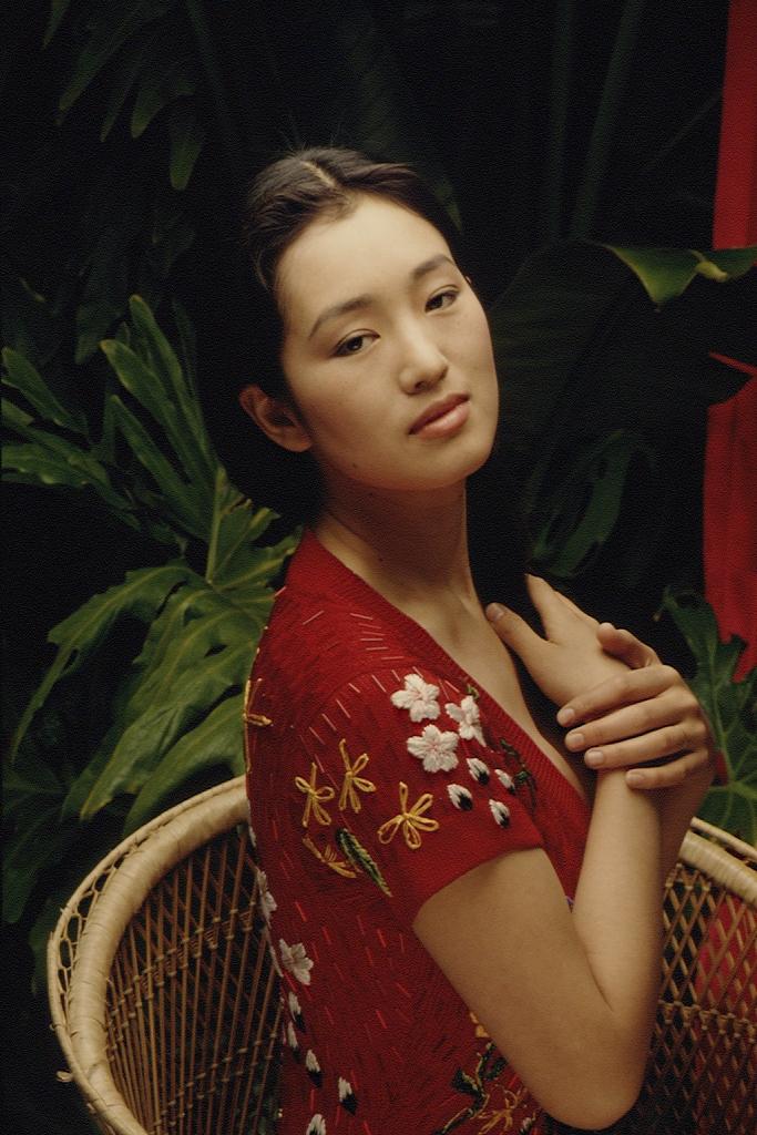 巩俐29年前写真曝光 穿印花红裙明媚大气婀娜迷人