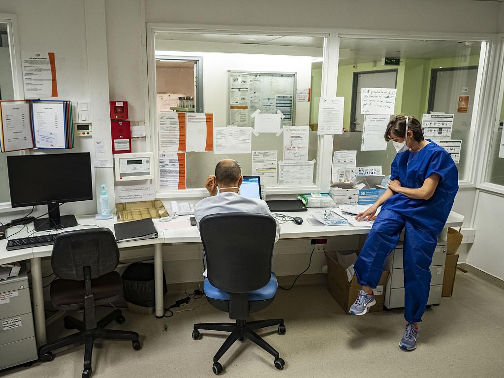法国医护人员接种疫苗意愿低 多名专家呼吁强制接种