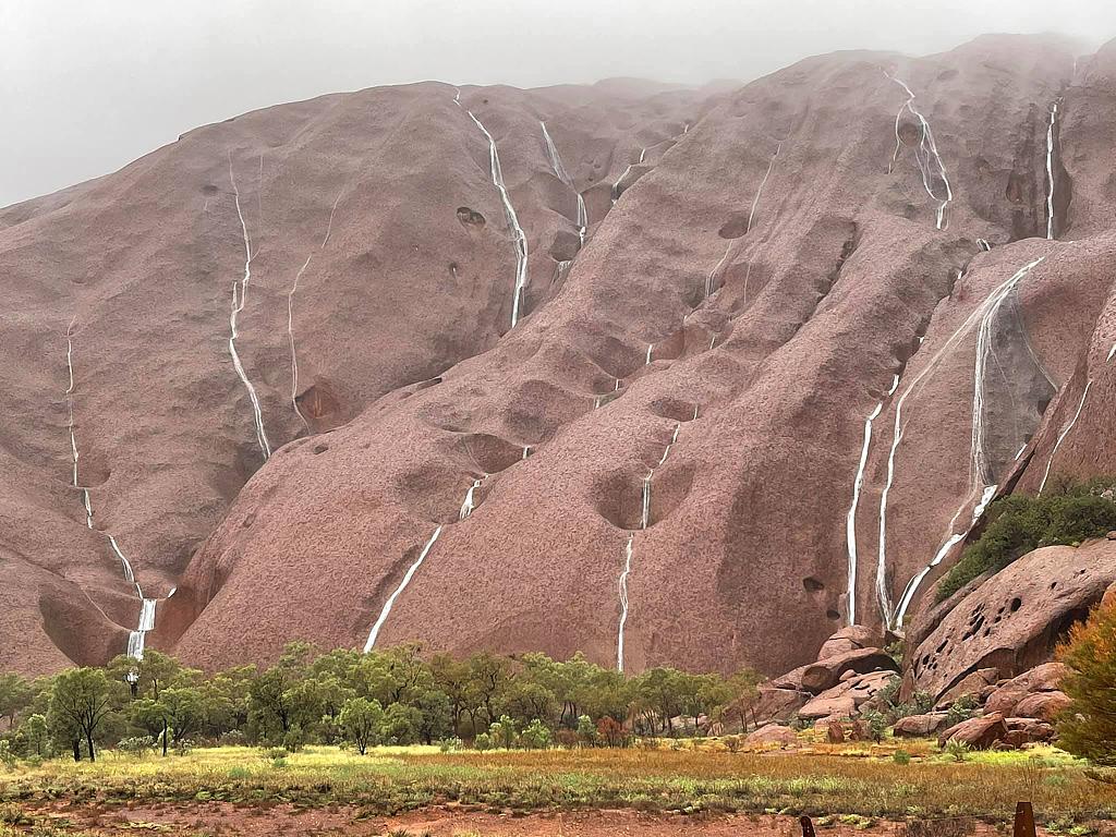 暴雨过后 澳大利亚乌鲁鲁巨石现罕见瀑布群