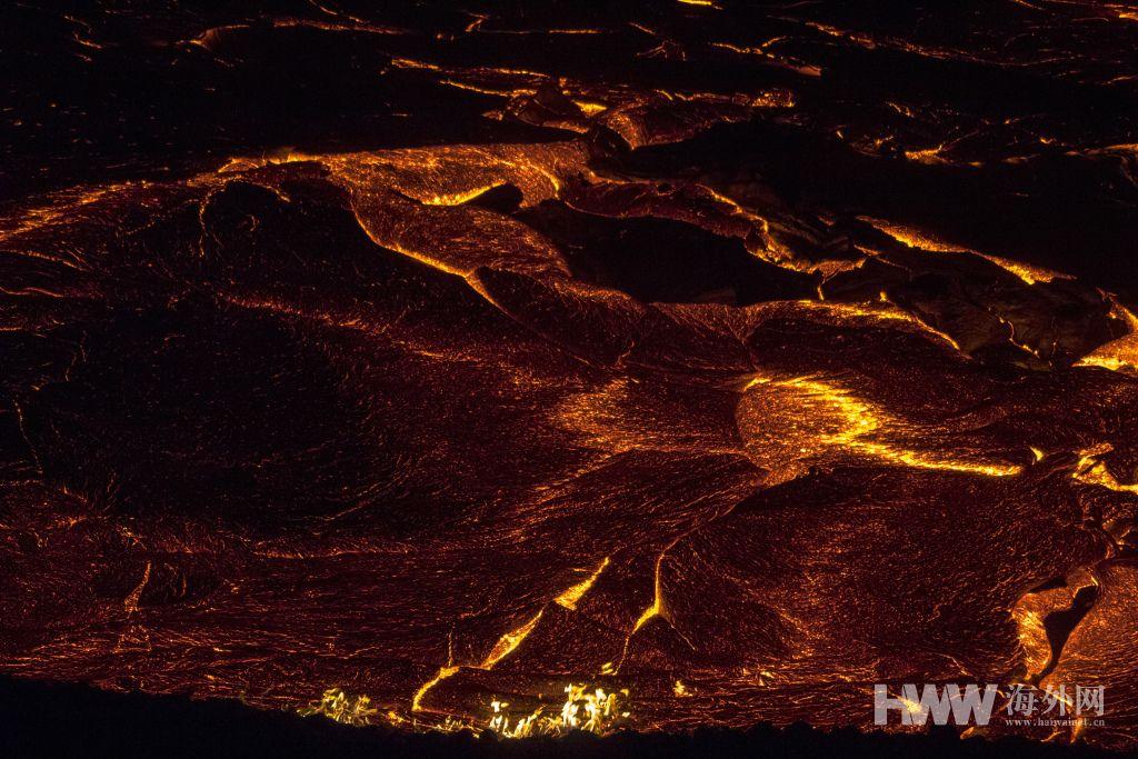 冰岛火山持续喷发 民众近距离观看熔岩流淌奇观