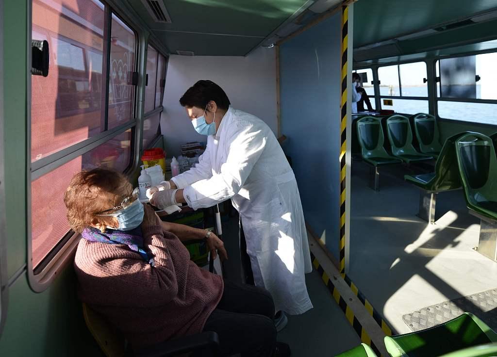 意大利威尼斯老年人在水上巴士接种新冠疫苗