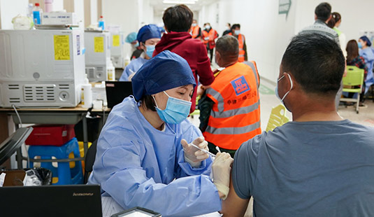 上海为建设工人开设夜间新冠疫苗接种通道