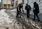 俄罗斯积雪融化道路积水