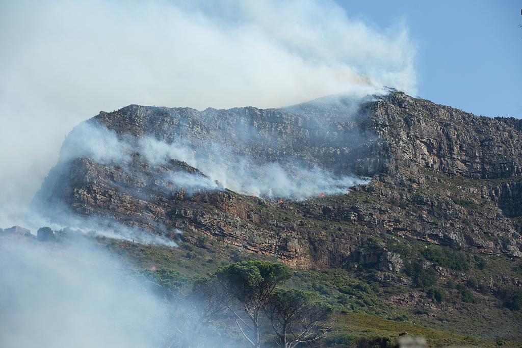 南非桌山国家公园大火已得到控制 6名消防员受伤