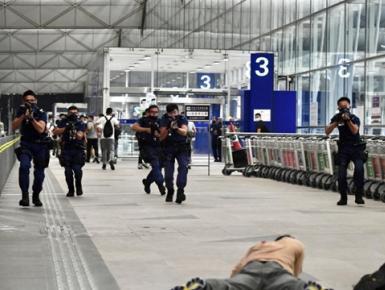 香港警方等部门在机场进行反恐演习
