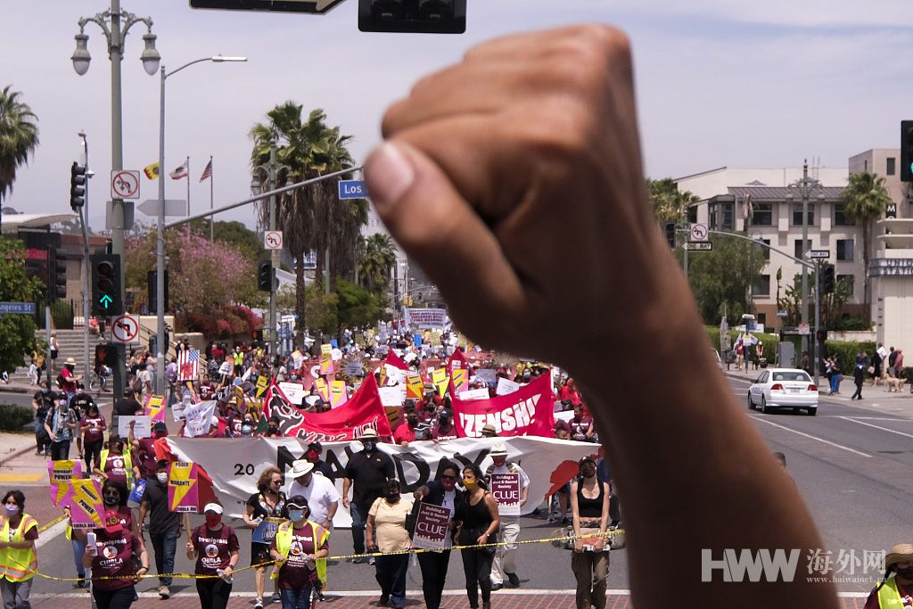 """美国洛杉矶举行""""五一""""劳动节游行"""