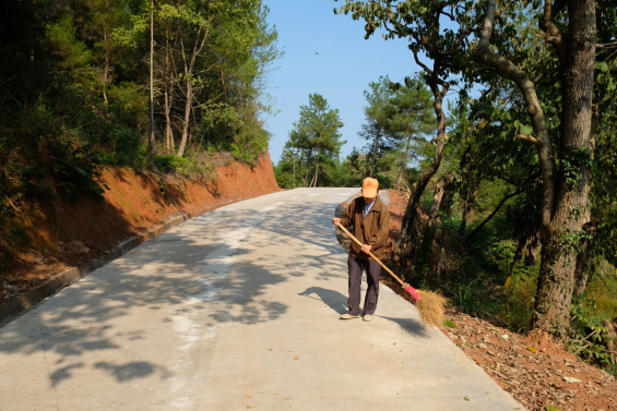 中国侨联援助修建的上乐村爱心道路