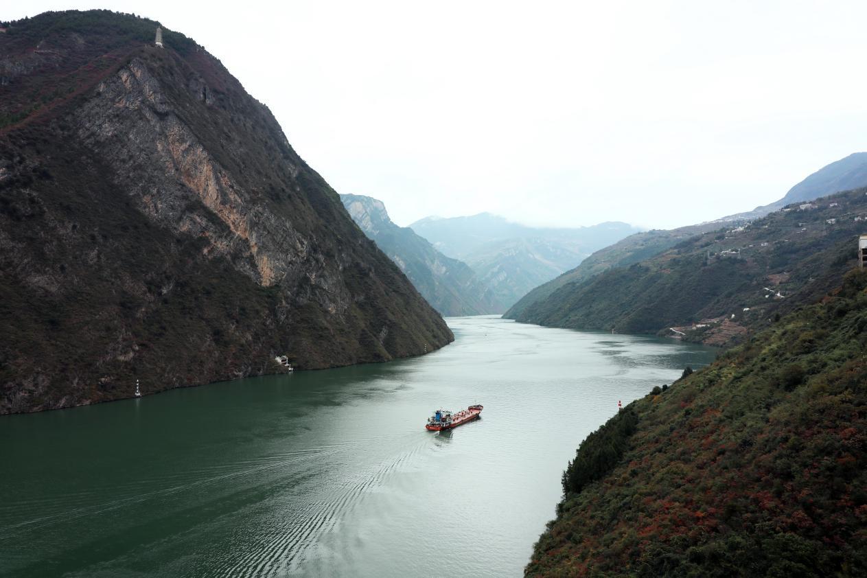 """巫峡,位于长江三峡中间位置,流传有""""巴东三峡巫峡长,猿鸣三声泪沾裳""""的诗歌"""