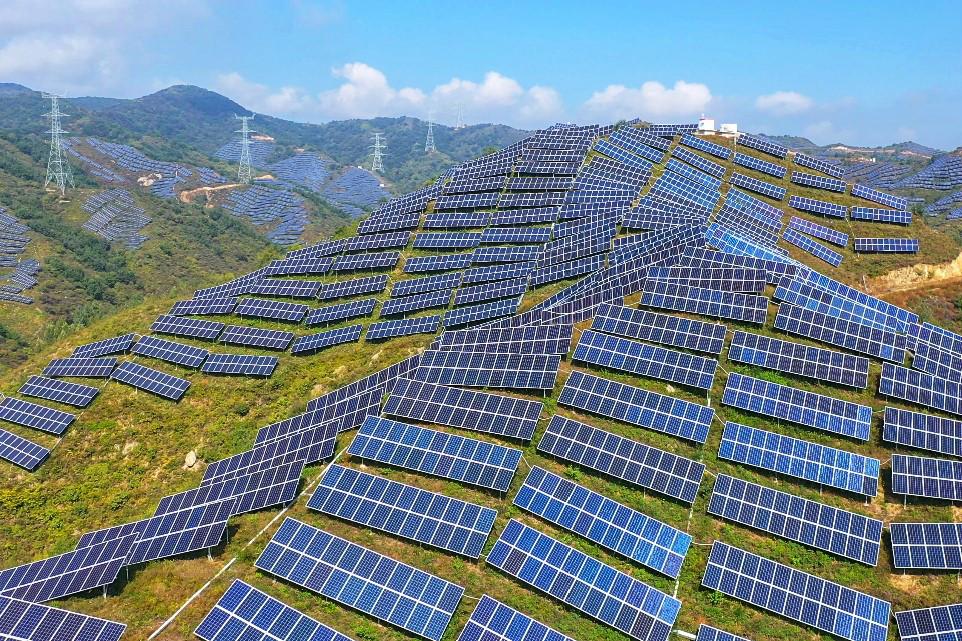 人民日报社协助滦平县引进了60兆瓦光伏扶贫发电项目,并租用村民承包的荒山