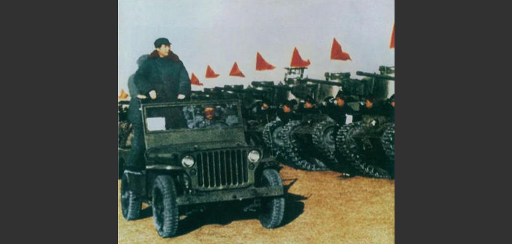 图为毛泽东在北平西苑机场检阅中国人民解放军装甲部队。