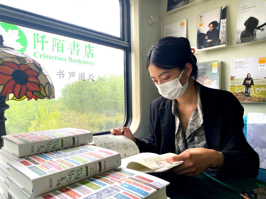 """来一起""""虚度时光"""" 中国首家绿皮慢火车书店开业"""