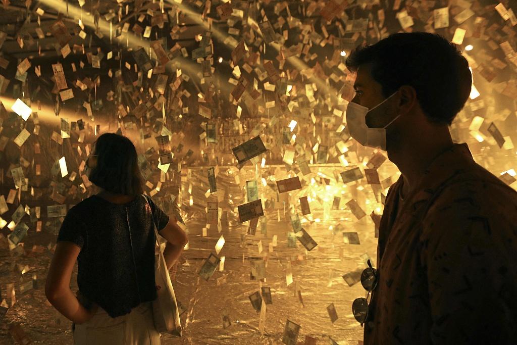 黎巴嫩货币严重贬值 艺术家展厅内挂满0元纸币