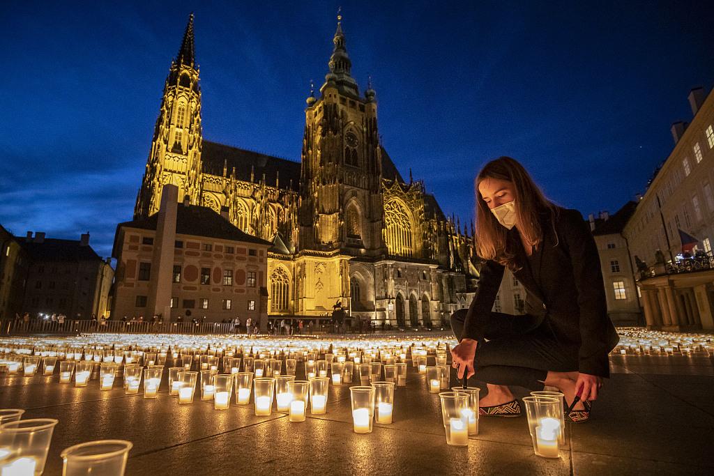 捷克布拉格城堡前摆放大量蜡烛 悼念新冠死者