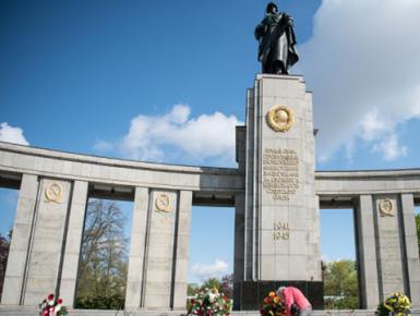 德国纪念二战欧洲胜利日 民众在苏军纪念碑前献花