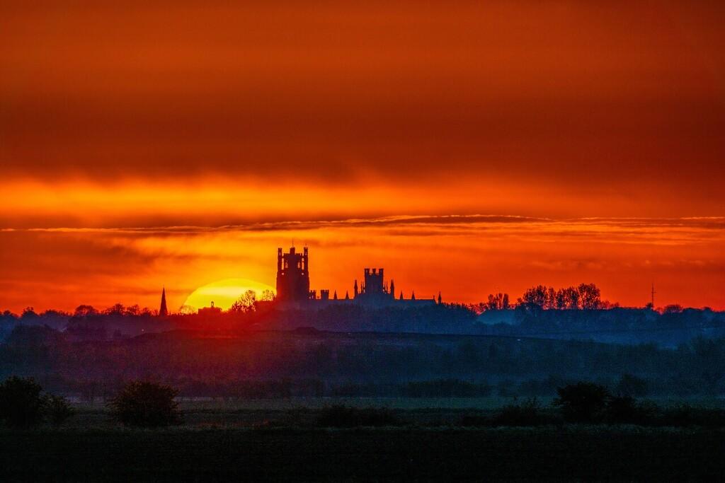 英国落日美如画 风力发电厂矗立太阳前方