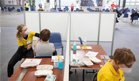 荷兰民众持续接种新冠疫苗