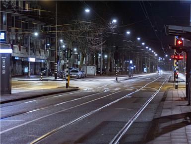 荷兰实施宵禁后 阿姆斯特丹街道空空荡荡