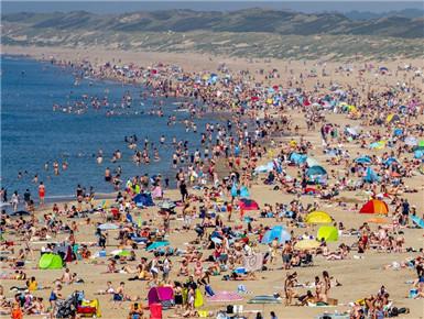 荷兰天气晴好 民众扎堆海滩人山人海