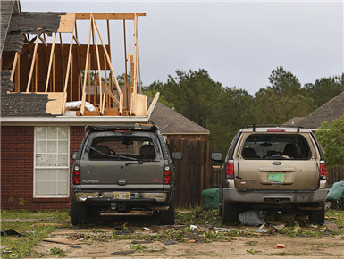 龙卷风袭击美国密西西比州 房屋被毁树木倒塌