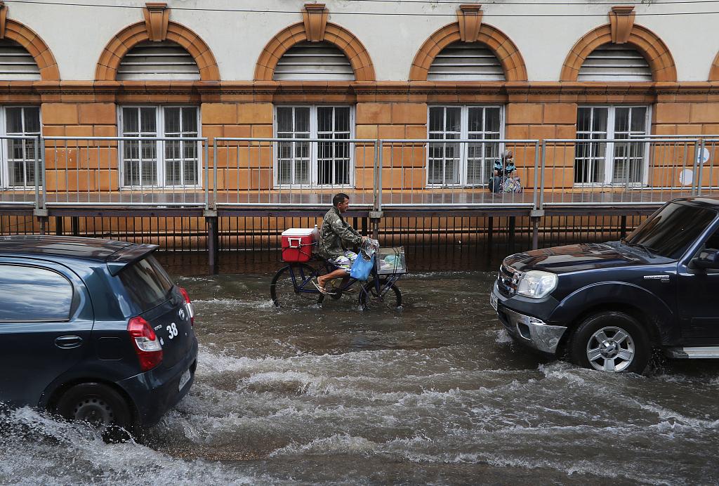 巴西部分地区持续遭遇洪灾 民众划船出行