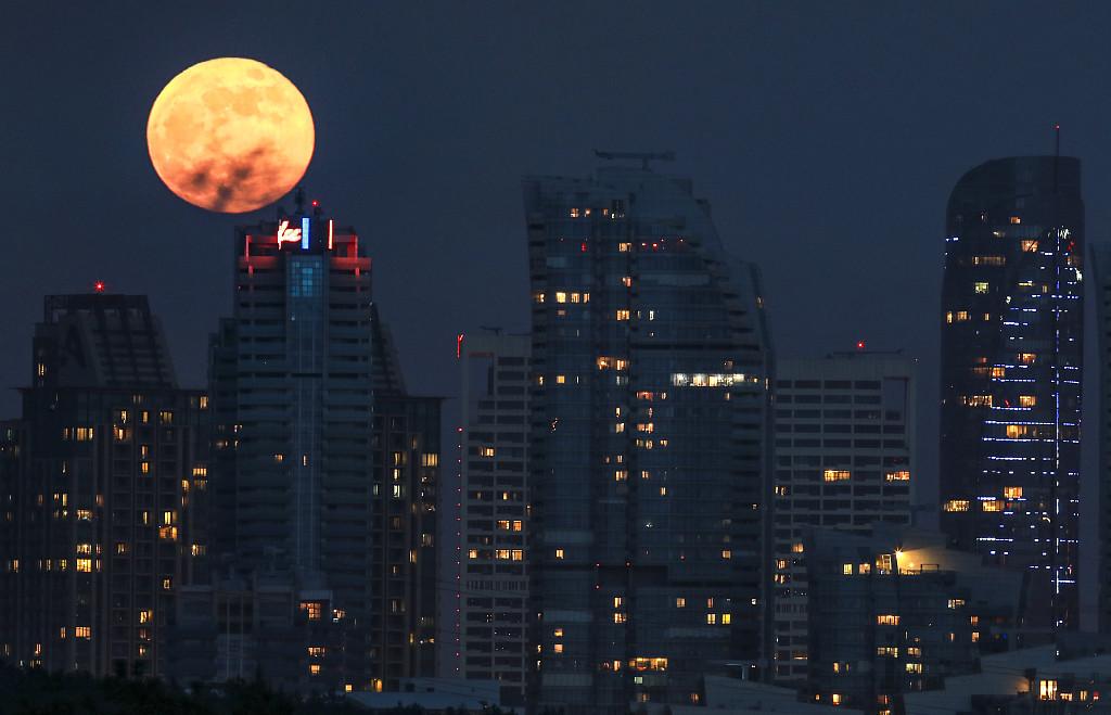 超级红月亮现身多国夜空