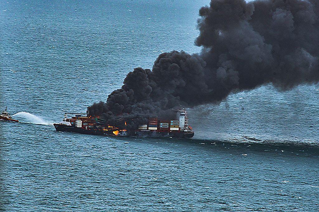 斯里兰卡科伦坡港附近一货船起火爆炸