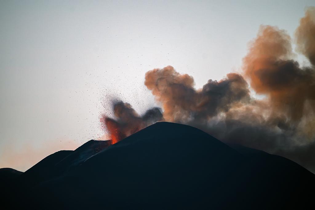 意大利埃特纳火山持续喷发 熔岩涌出如同喷泉