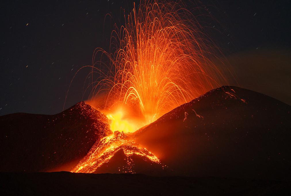 火山喷发 熔岩涌出如喷泉