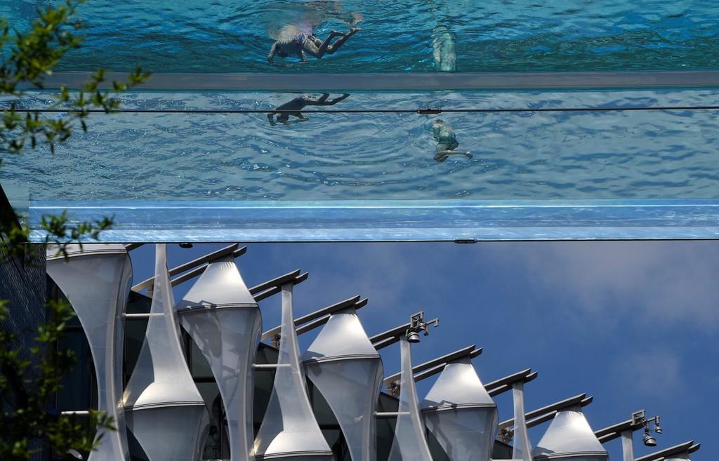 """世界首个全透明""""空中泳池""""开业 民众360度无死角展现泳姿体验独特"""