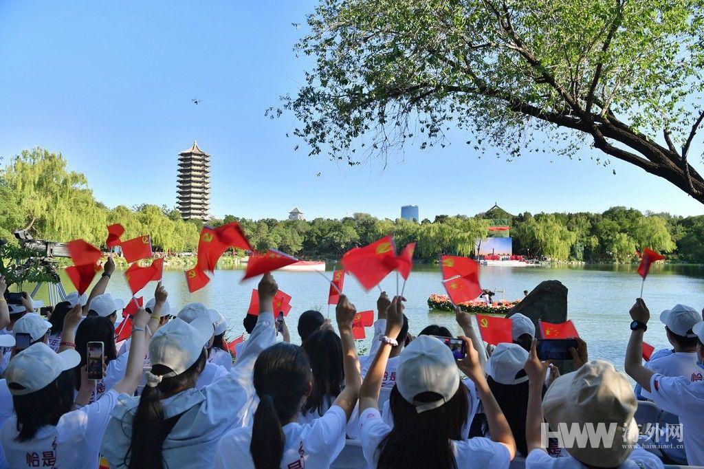 未名湖畔红歌回荡 北京大学举行党史学习教育活动