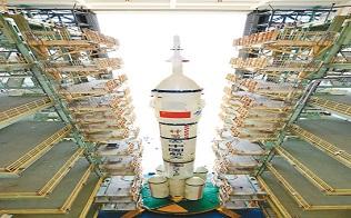 神舟十二号船箭组合体转运至发射区