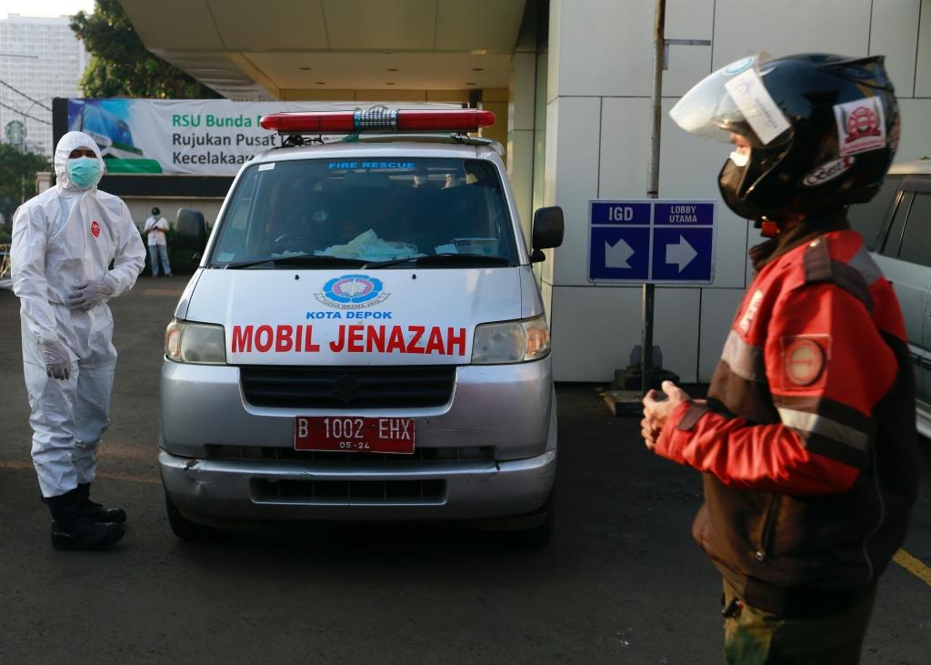 印尼民众自发组成摩托车队 护送新冠患者前往医院