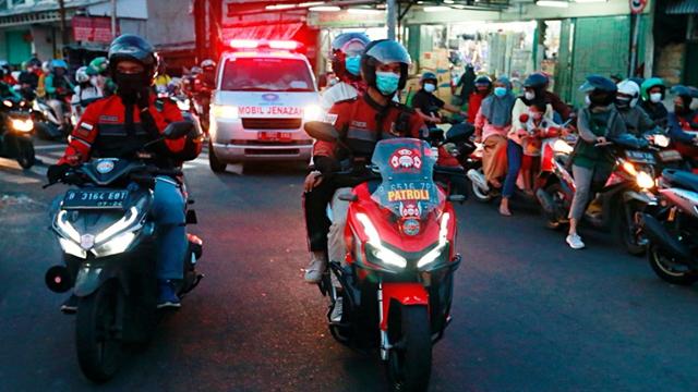 摩托车队护送患者去医院