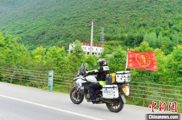 陈文仁骑摩托车环行祖国 陈文仁供图