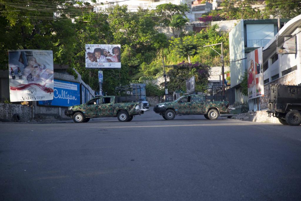 海地总统莫伊兹遇刺身亡 士兵街头巡逻军车封锁现场