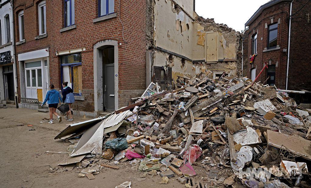 欧洲洪灾留下一片狼藉 民众忙修理