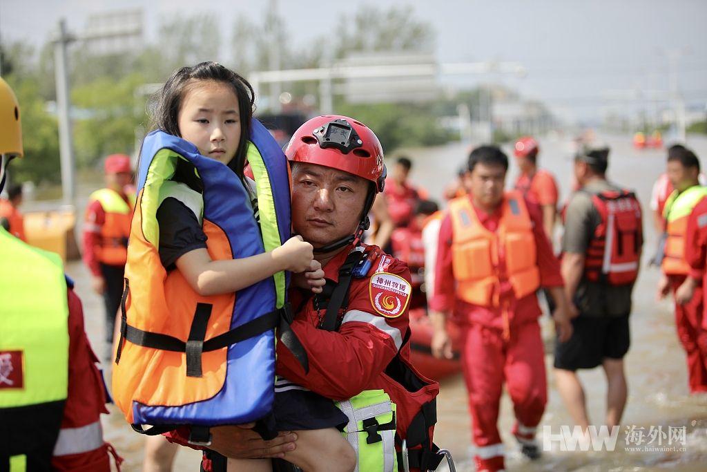 各地应急救援队汇集河南新乡灾区 转移被困群众