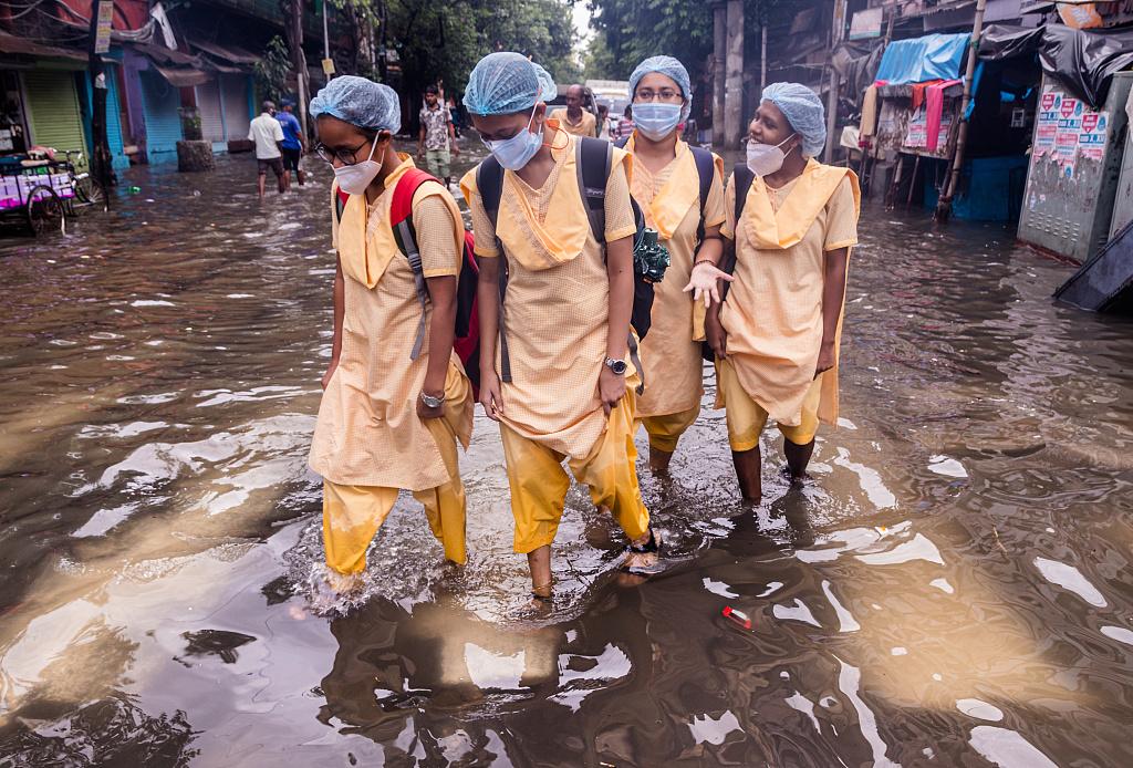 印度暴雨淹没街道 民众水中行走