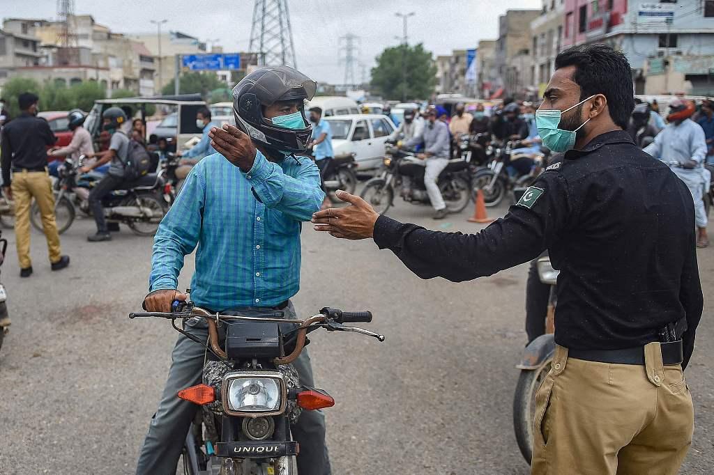 疫情形势严峻 巴基斯坦警察在道路设置检查站