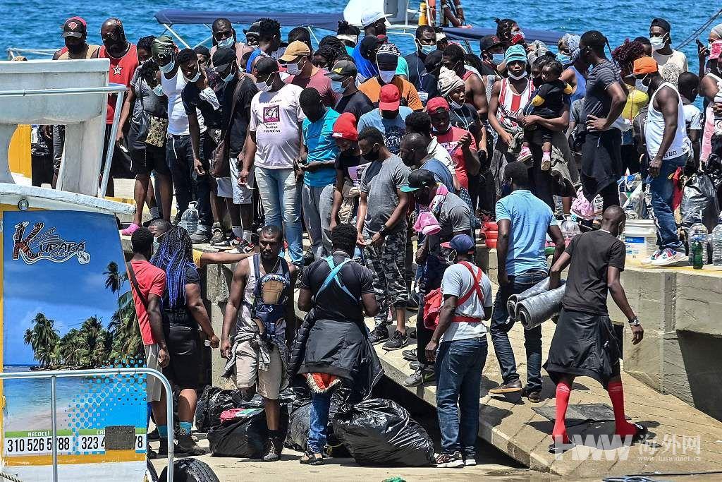 大量非法移民滞留哥伦比亚港口 等待前往美国