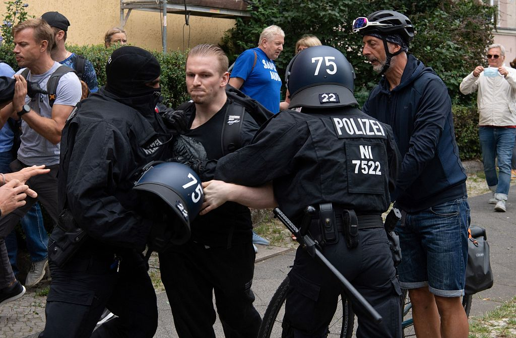 德国反防疫政策游行无视禁令 约600人被捕