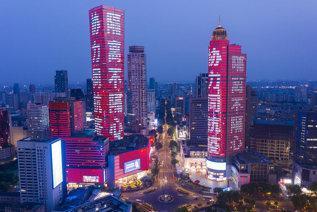 """南京高楼点亮""""温暖""""标语 鼓舞市民一起加油"""