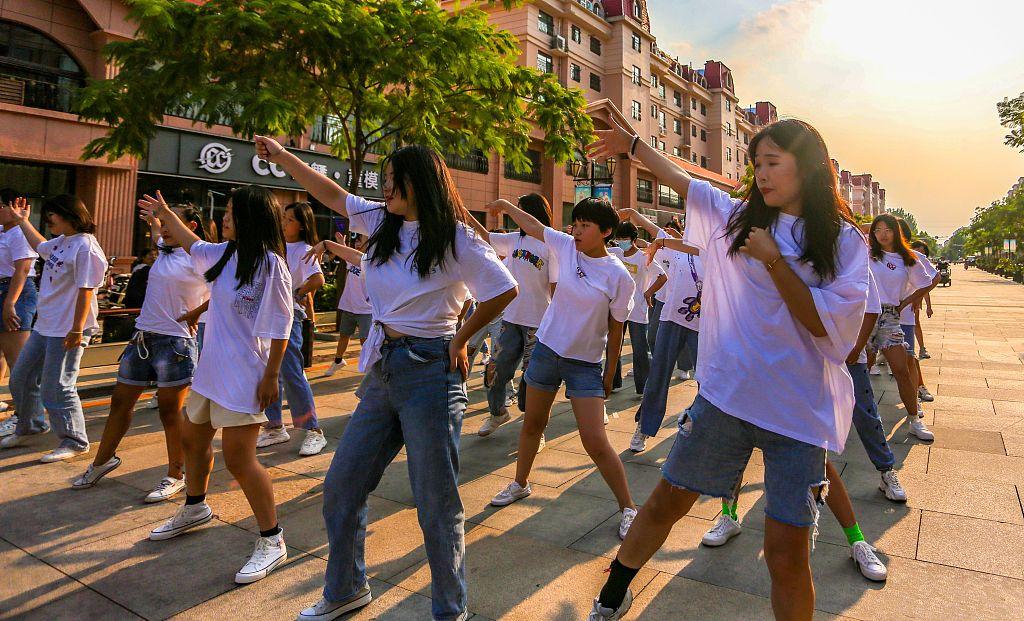 河北邯郸:中小学生步行街上学街舞度多彩暑假
