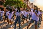 中小学生步行街上学街舞