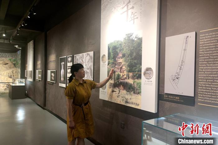 德化县陶瓷博物馆文博副研究员陈丽芳讲解德化尾林窑的特殊之处。 吴冠标 摄