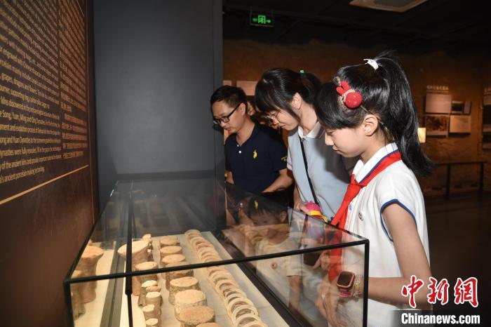 观众参观宋元德化窑展示馆。 李宏图 摄