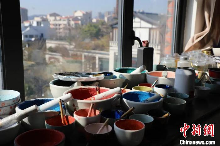 唐卡所用颜料由矿物石研磨成粉调和制成,色彩鲜艳。 李莹 摄